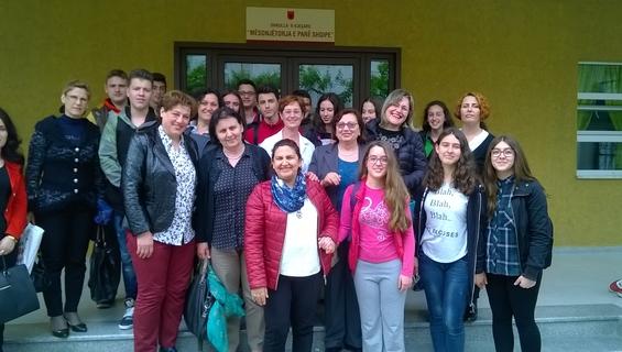Nxënës të shkollës 9-vjeçare dhe mësuesit e tyre me zyrtarë të Ministrisë së Arsimit të Shqipërisë pas një sesioni pilot të edukatës seksuale